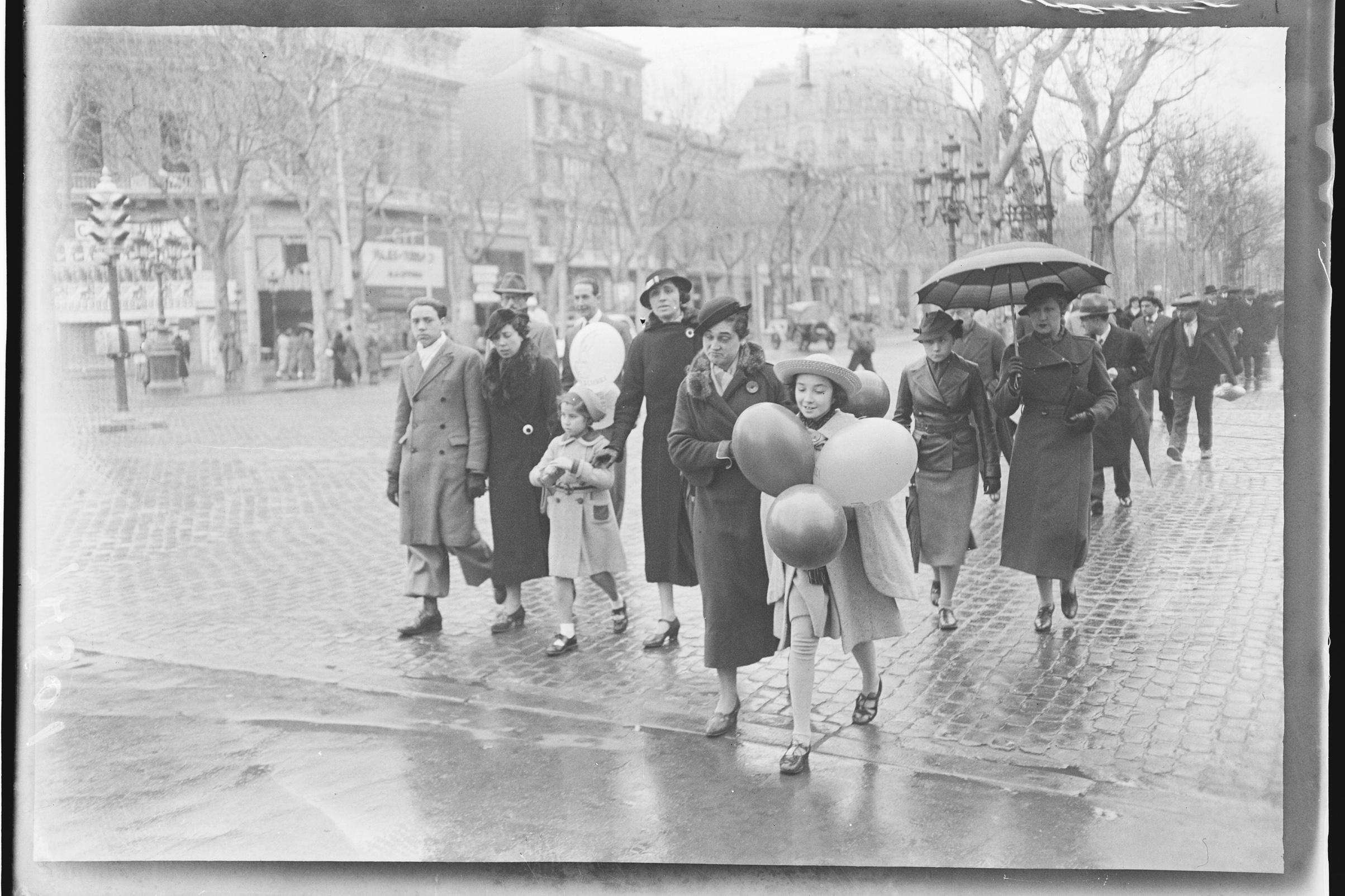 Niña con globos en el paseo de Gracia. Barcelona,c.1930 © Fondo BRANGULÍ, ANC