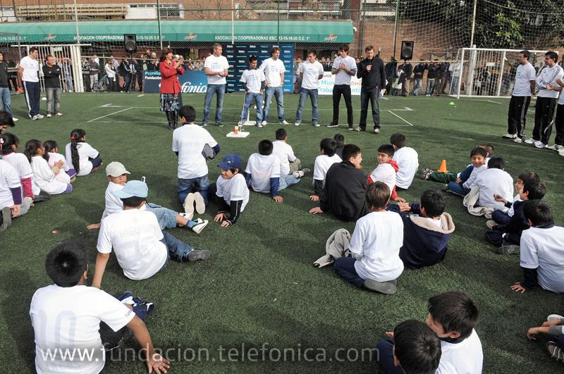 Los futbolistas Martín Palermo, Pablo Mouche, Maximiliano Moralez, Mauro Boselli y Ricardo Álvarez compartieron una tarde de fútbol y juegos con más de cien niños que reciben apoyo de una de las organizaciones sociales que llevan adelante el programa Proniño de Fundación Telefónica.