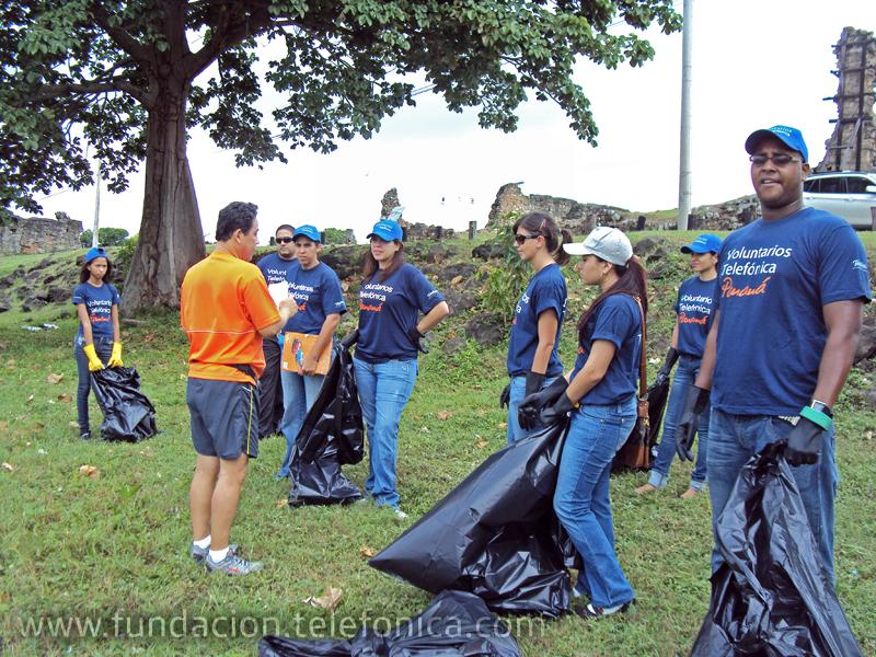 Los voluntarios recogieron 32 bolsas de basura.