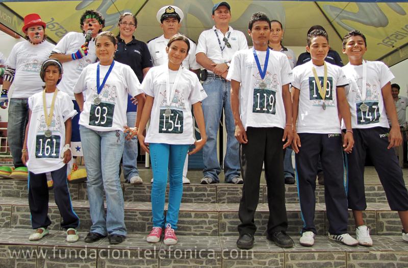 Los ganadores junto a las autoridades al final del acto de entrega de premios.