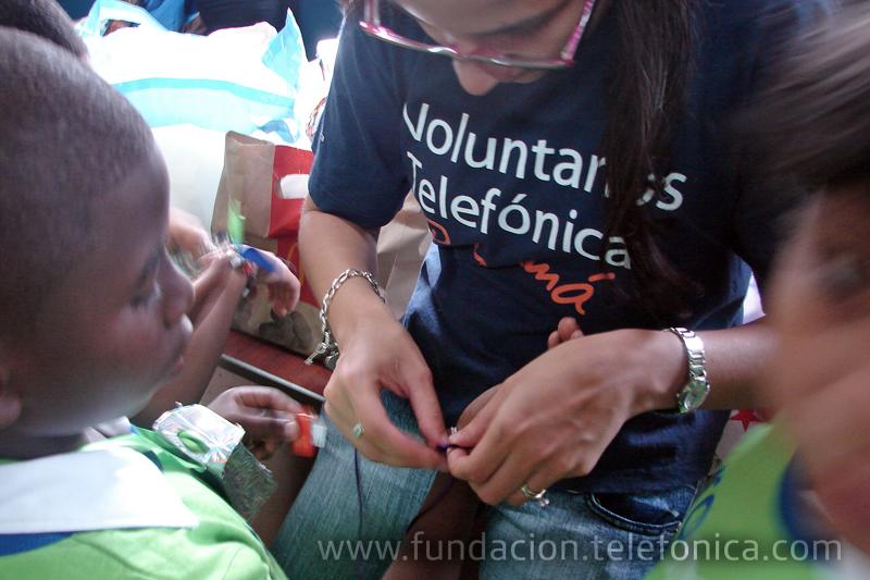 Los Voluntarios Telefónica Panamá enseñaron a reciclar a niños y niñas pertenecientes a centros escolares n los que está presente Proniño.