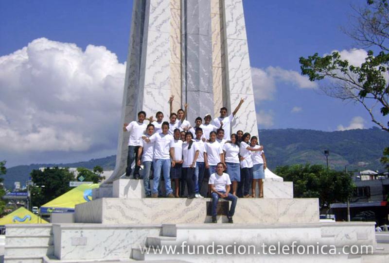 Jóvenes Fundación Telefónica en Plaza Salvador del Mundo.