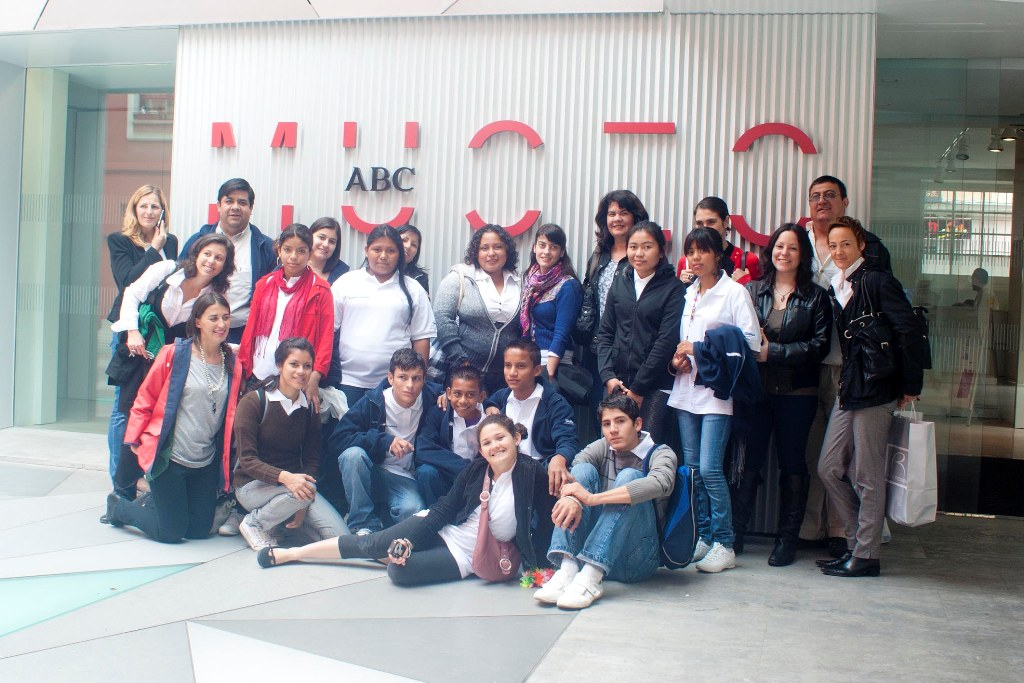 """Los jóvenes han disfrutado de un día lleno de actividades con visitas al Museo ABC, a la redacción del periódico ABC y han participado en el programa """"Queremos hablar"""" de Punto Radio."""