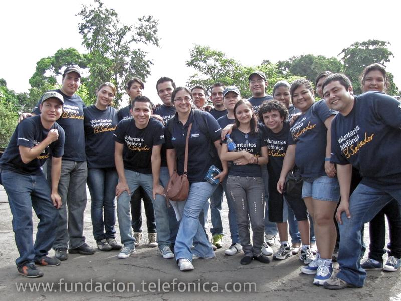 Los Voluntarios Telefónica realizaron diversas actividades durante la carrera celebrada en Jiquilisco, desde limpieza, hasta la preparación y entrega de alimentos para los participantes.
