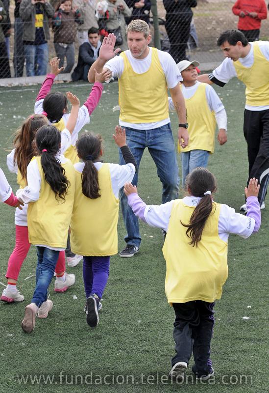 """Fundación Telefónica convocó a estrellas del fútbol quienes jugaron con más de cien niños por el """"Día Mundial contra el Trabajo Infantil""""."""