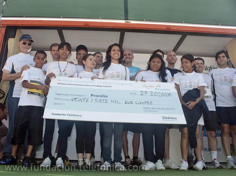 Niños Proniño de Guatemala y Argentina, reciben el cheque del dinero recaudado en la carrera: 27.200 euros que irán al programa Proniño de Fundación Telefónica.