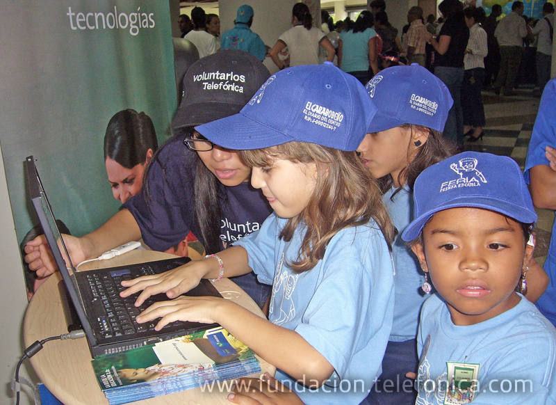Cientos de niños desfilaron por el stand de la Fundación Telefónica para aprender sobre el programa Educared de la Fundación Telefónica.