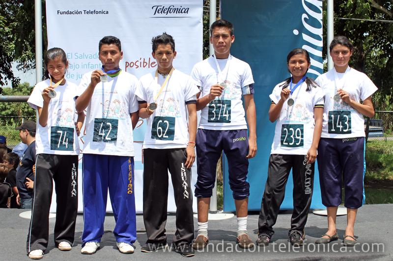 Jesús de la Peña, representante de la OIT en el país coloca medalla a uno de los ganadores.