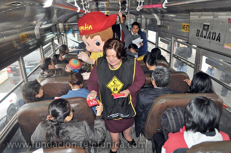 Manuela García, Ministra de Trabajo y Promoción del Empleo, repartiendo volantes informativos en un micro.