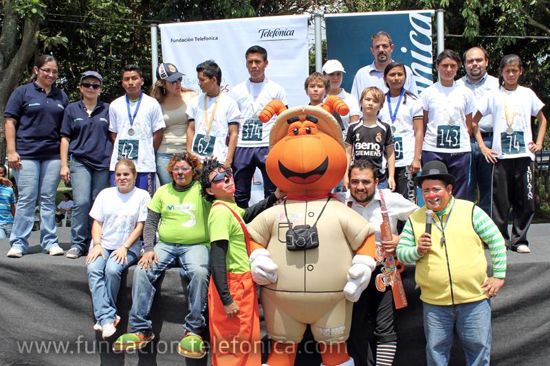"""Los ganadores de la carrera """"Un El Salvador sin trabajo infantil es posible"""", junto al muñeco Prensita."""