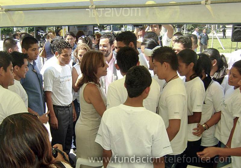 Primera Dama de El Salvador, Vanda Pignat, conversando con los jóvenes de Fundación Telefónica.