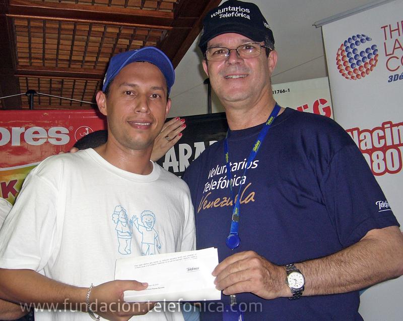 Alejandro Pacheco, Director Regional Centro de Telefónica, hace entrega de la carta de compromiso a la escuela ganadora.