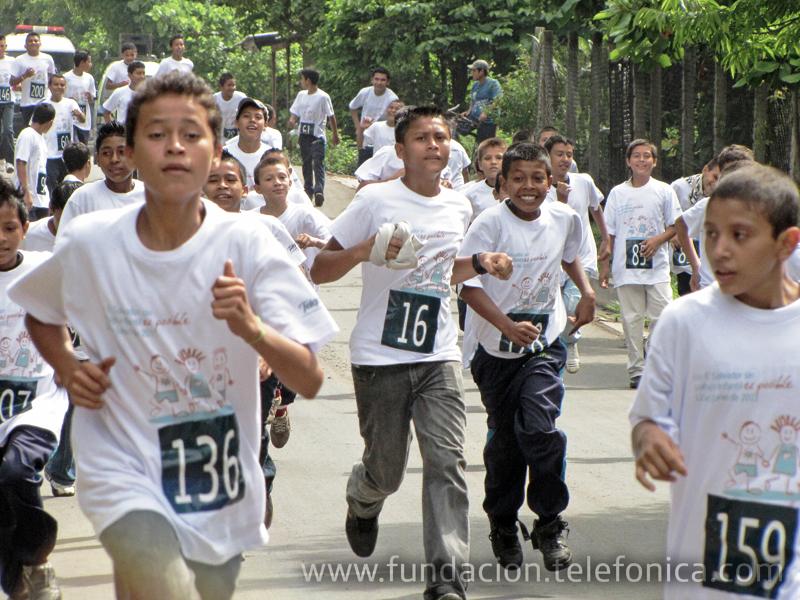 Los participantes en plena carrera en Jiquilisco, Usulután.