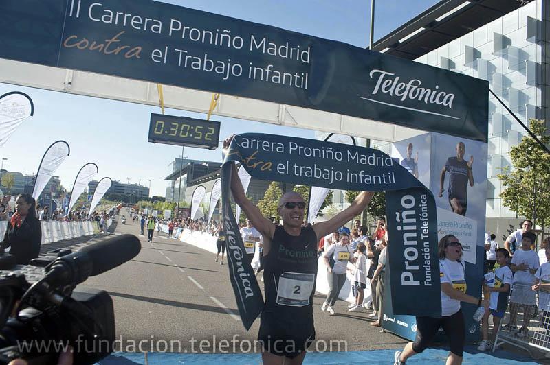 Chema Martínez, atleta español, llega primero a la meta en al carrera de los 10k.