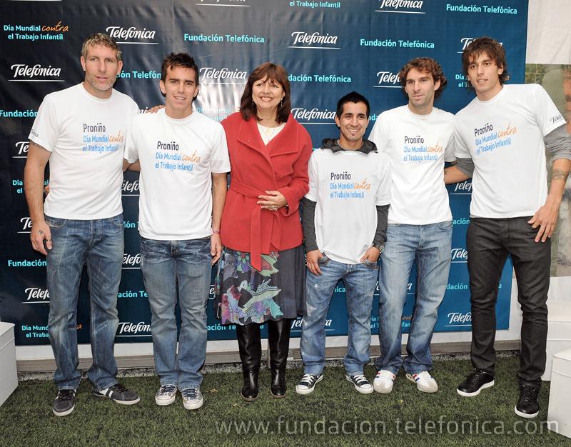 Los Futbolistas Martín Palermo, Pablo Mouche, Maximiliano Moralez, Mauro Boselli y Ricardo Alvarez junto a Carmen Grillo, Directora de la Fundación Telefónica.