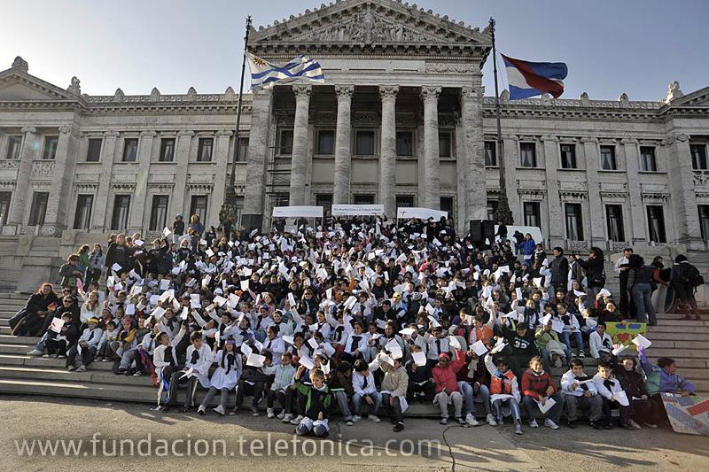 Más de 350 niños se reunieron en el Palacio Legislativo contra el trabajo infantil.