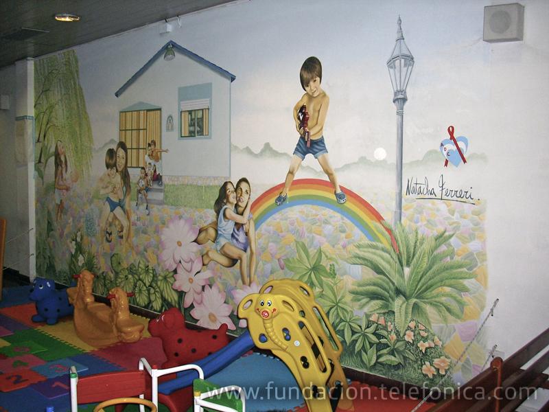El mural representa los típicos paisajes de Tigre y alegra el rincón elegido para que funcione la plaza de juego y el rincón de lectura.