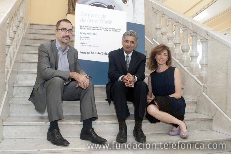 De izquierda a derecha, José de la Peña, Director de Conocimiento en Red de Fundación Telefónica; Helena López-Casares, moderadora del encuentro y Amar Bhidé.