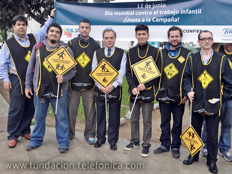 El grupo musical Bareto junto a Javier Manzanares, Presidente de Telefónica en el Perú y de su Fundación, y Mario Coronado, Director de la Fundación Telefónica del Perú.