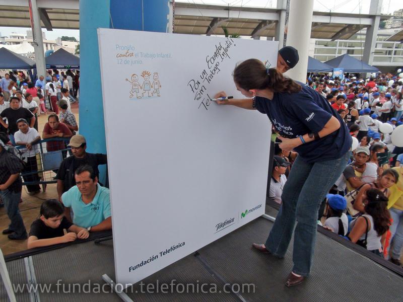 La Directora Ejecutiva de Fundación Telefónica Ecuador, María Augusta Proaño firmando su compromiso contra el trabajo infantil.