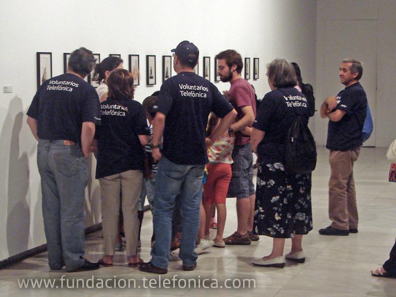 Los voluntarios  de Telefónica recogieron a los niños y niñas en la sede de la Fundación Balia y les acompañaron durante toda la visita-taller a la exposición en la sala Alcalá 31.