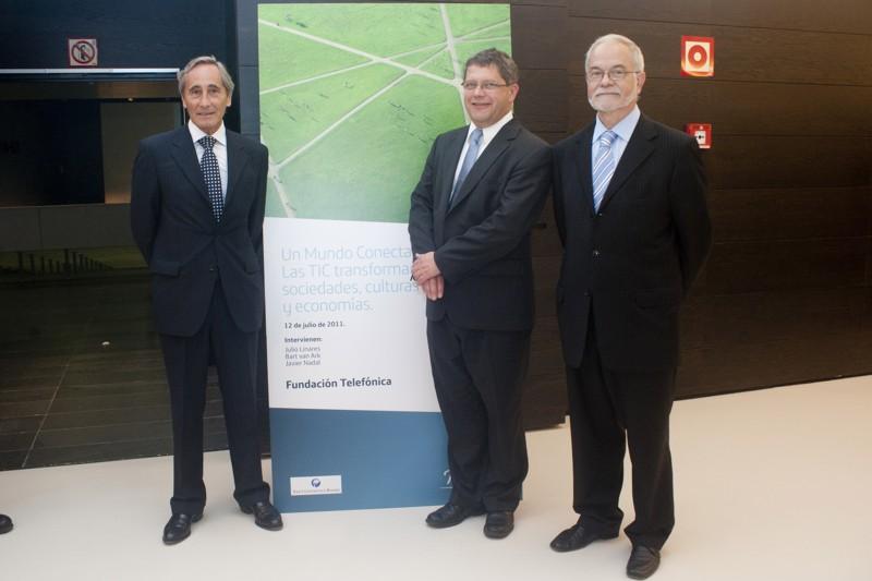 Julio Linares, consejero delegado de Telefónica S.A, acompañado de Bart van Ark, economista jefe y vicepresidente de The Conference Board, y Javier Nadal, vicepresidente ejecutivo de Fundación Telefónica