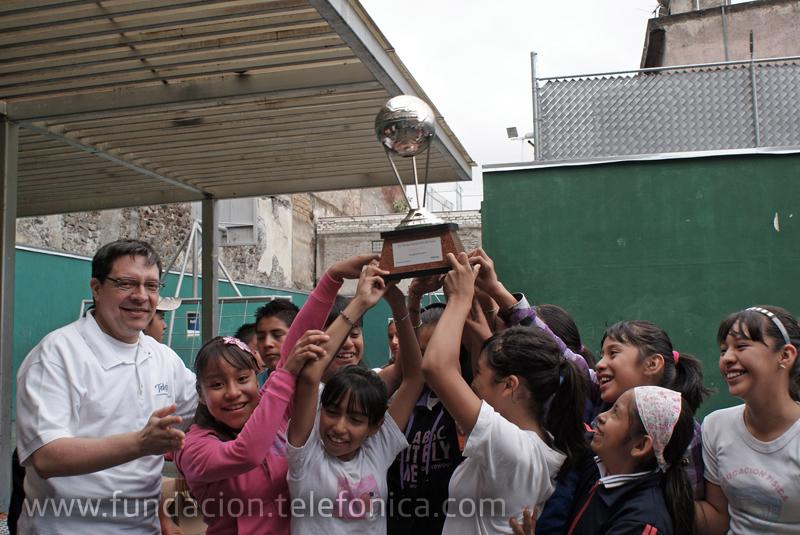 Los ganadores del torneo recibieron de manos de los voluntarios sus trofeos.