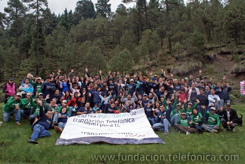 La reforestación contó con la presencia de cerca de 100 personas, entre Voluntarios Telefónica, familiares y amigos.