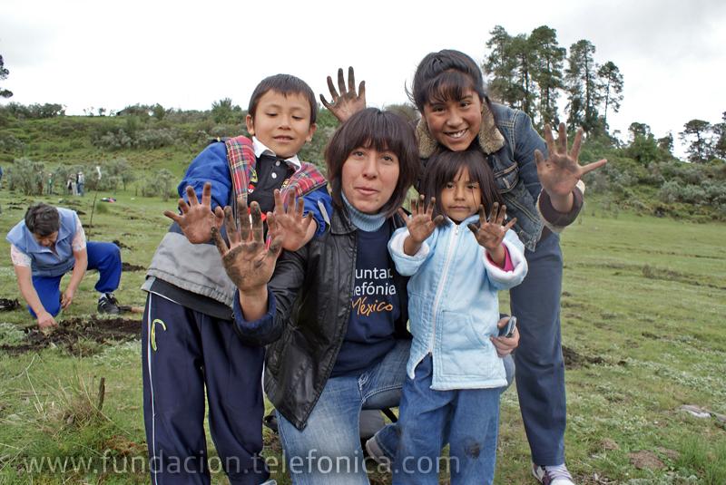 Los Voluntarios acudieron con sus familias para reforestar una hectárea y media de terreno en el Estado de México.