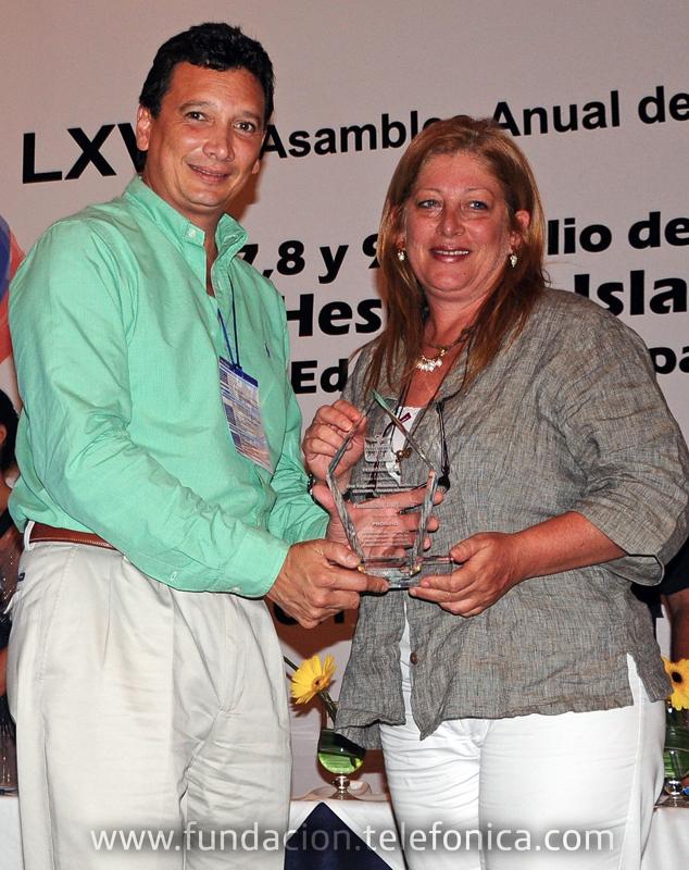 """Fundación Telefónica, representada por su Gerente General en Venezuela, Giovanna Bruni, recibió en la Isla de Margarita el premio """"Don Eugenio Mendoza Goiticoa 2011"""" en la categoría """"Trabajo Infantil"""" por su programa Proniño."""