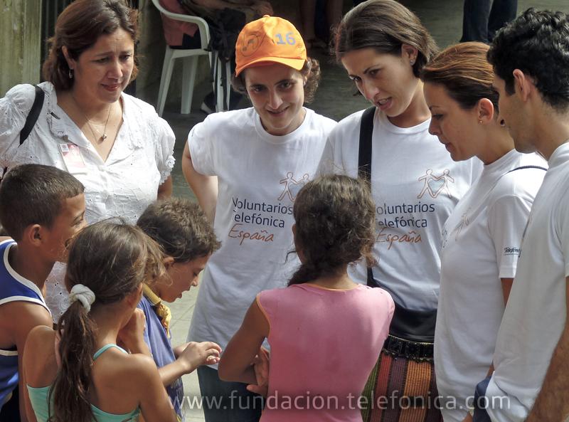 Voluntarios de Telefónica donan sus vacaciones para ayudar en proyectos de cooperación.