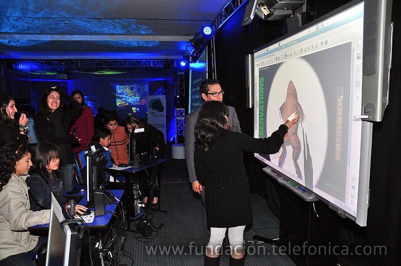 En la antesala del evento hijos e hijas de trabajadores de Telefónica Ecuador demostraron su experiencia y habilidad con los aparatos de ocio digital.