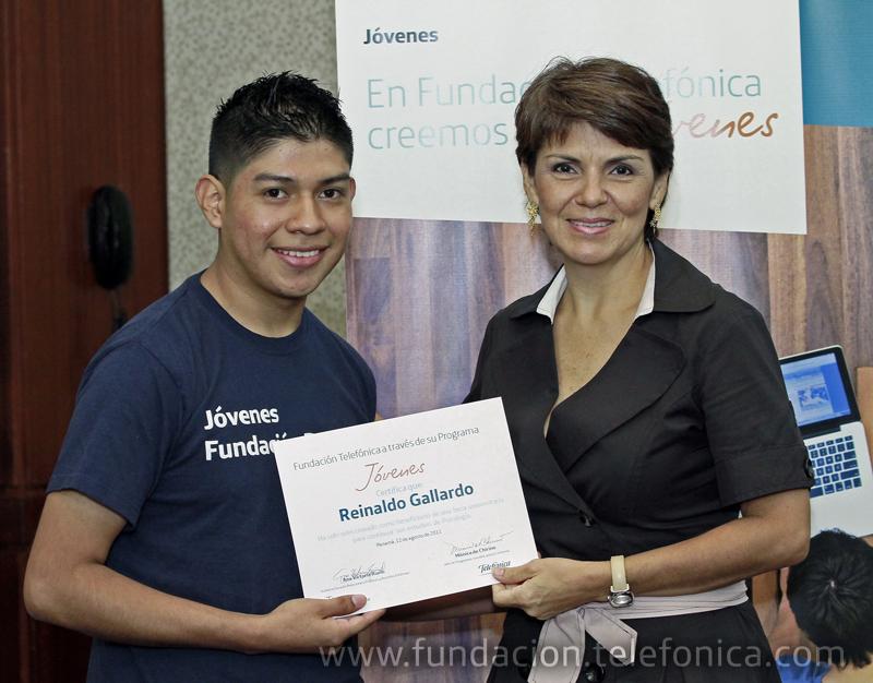 Vicky Riaño, Sub Directora Regional de Comunicación Telefónica Panamá, entregando su beca a Reinaldo Gallardo.