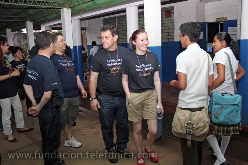 El grupo de voluntarios fue recibido por los estudiantes y profesores del centro católico San Francisco, de Concepción de Ataco, Ahuachapán.
