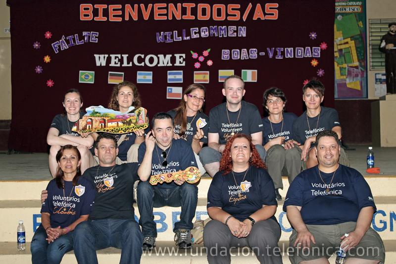 En El Salvador, el grupo de voluntarios, proveniente de España, Alemania, Irlanda, Reino Unido, Colombia, Argentina, Chile y Brasil, desarrolló una jornada de refuerzo en materias como matemáticas e inglés, así como talleres de capacitación con maestros, y también con padres y madres de familia.