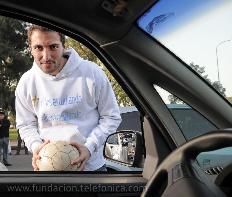 Fundación Telefónica, a través de su programa Proniño, lanzó una campaña de concientización sobre la necesidad de erradicar el trabajo infantil, que tiene como protagonista a Gonzalo Higuaín, estrella del fútbol internacional, hoy titular del Real Madrid y de la Selección Argentina de Fútbol.