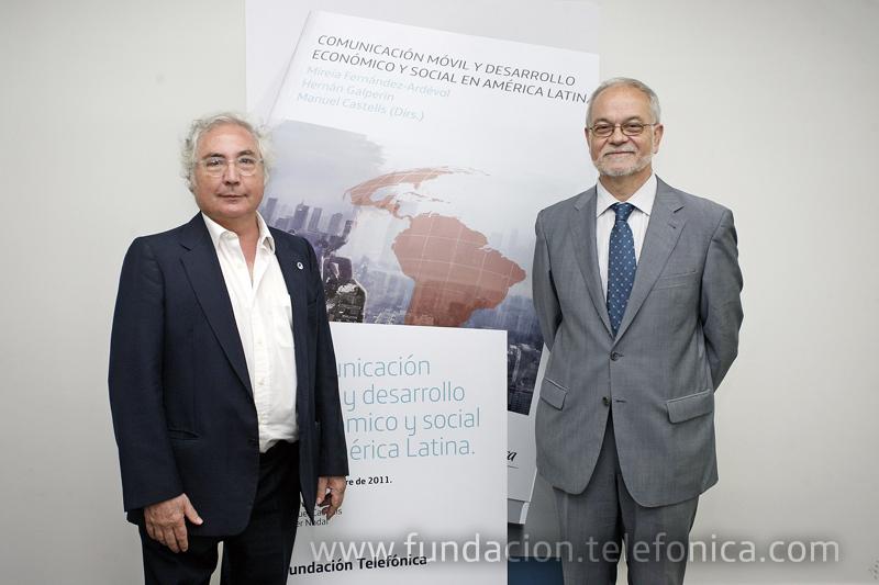 El libro Comunicación móvil y desarrollo económico y social en América Latina, ha sido presentado en la Universitat Oberta de Catalunya en un acto que ha contado con la presencia del sociólogo Manuel Castells (izquierda) y de Javier Nadal, Vicepresidente Ejecutivo de Fundación Telefónica.