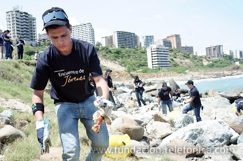 En esta ocasión 16 integrantes del programa Jóvenes y 70 Voluntarios Telefónica se sumaron a la jornada de limpieza que se desarrolló en el litoral central de Venezuela