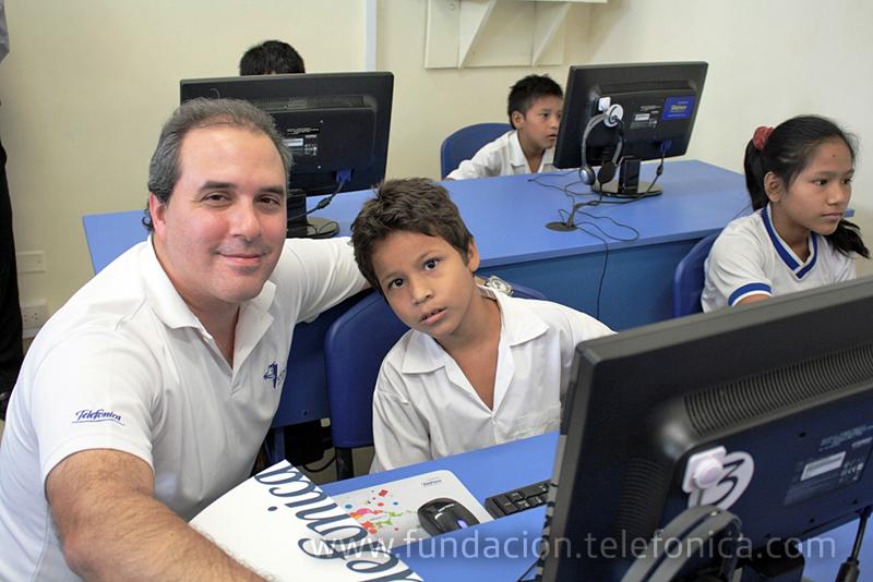 """José Miguel Gamero, Director de Captación Clientes de Telefónica, junto a un alumno de la I.E """"Héroes de Güeppi"""" de Iquitos."""