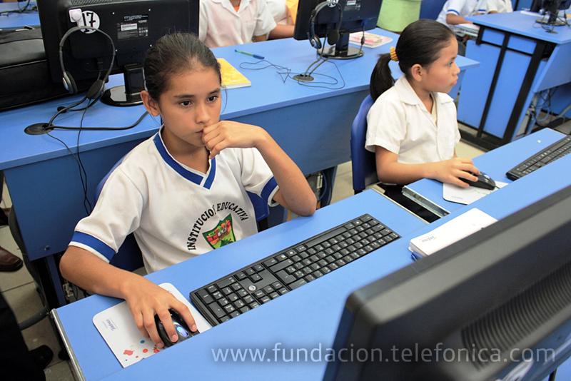 """Alumnas de la I.E """"Héroes de Güeppi"""", de Iquitos, en la recién estrenada Aula Fundación Telefónica."""