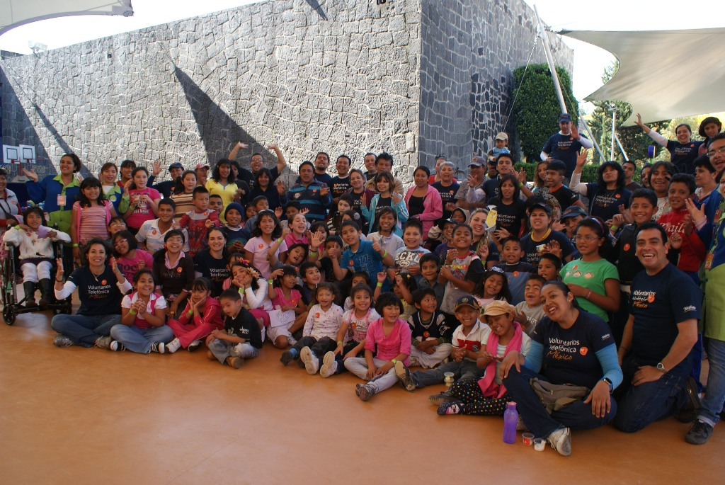 """Los Voluntarios Telefónica acompañaron a 60 pequeños en rehabilitación al """"Papalote, Museo del Niño""""."""