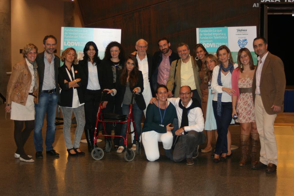 Todos los participantes en el Congreso de Bilbao junto a los equipos de Fundación Telefónica y Fundación Lo que de verdad importa. En la imagen, Miriam Fernández (sexta por la izquierda); Bernard Offen (séptimo por la izquierda) y Paco Moreno (octavo por la izquierda).