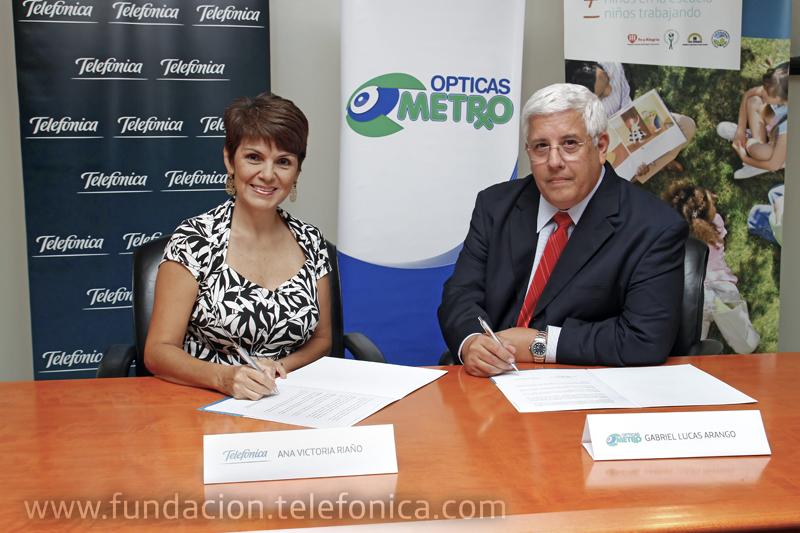 Momento de la firma del convenio entre Telefónica Móviles Panamá y Ópticas Metro.