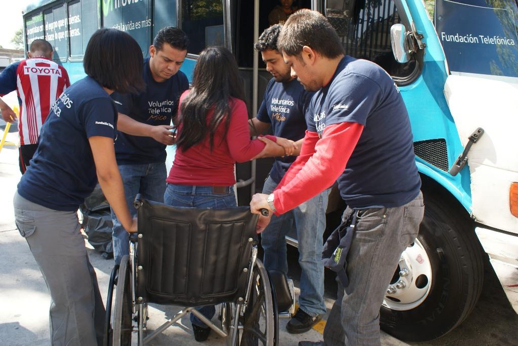 """Fundación Telefónica México ha donado 15 sillas de ruedas para que sean utilizadas por los pacientes y las familias de escasos recursos que acuden al Hospital Infantil de México """"Federico Gómez""""."""