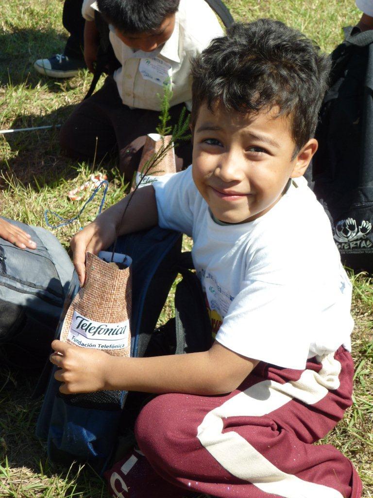 Los niños y niñas recibían un obsequio al visitar el stand de Fundación Telefónica.