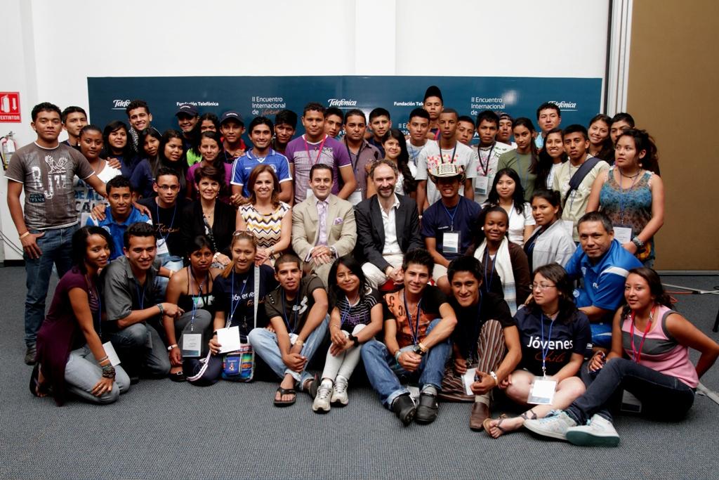 Los participantes en el  II Encuentro Internacional de Jóvenes junto a la primera Dama de El Salvador y Secretaria de Inclusión Social, Vanda Pignato.