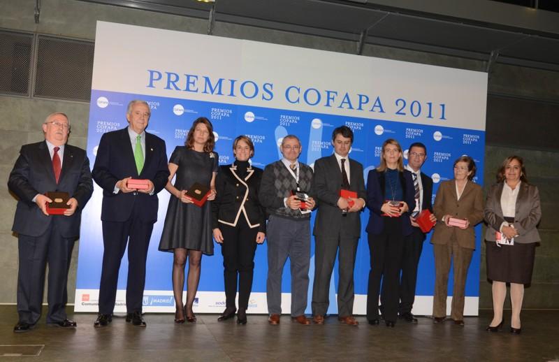 Marián Juste, cuarta por la derecha, junto al resto de galardonados en los premios COFAPA 2011