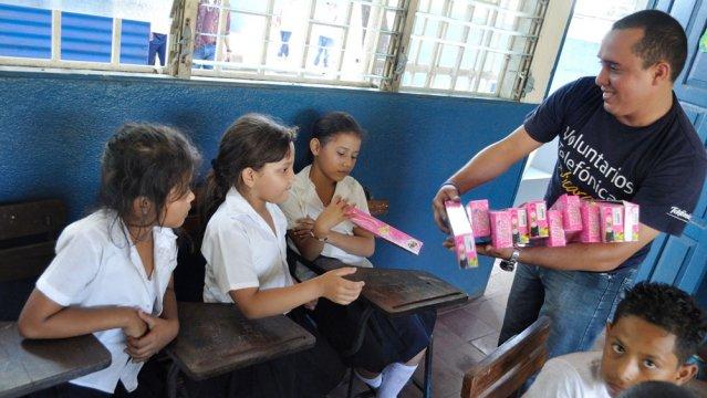 Más de 800 niños de la Escuela Rosa María Martínez, de Chinandega, celebraron la Navidad en compañía de los Voluntarios de Telefónica.