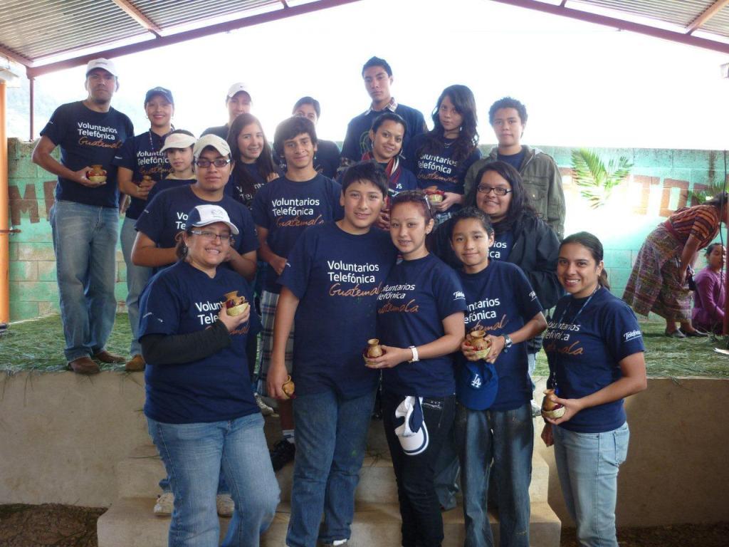 Los voluntarios Telefónica que participaron en el proyecto del área de juegos en Patzún, Chimaltenango