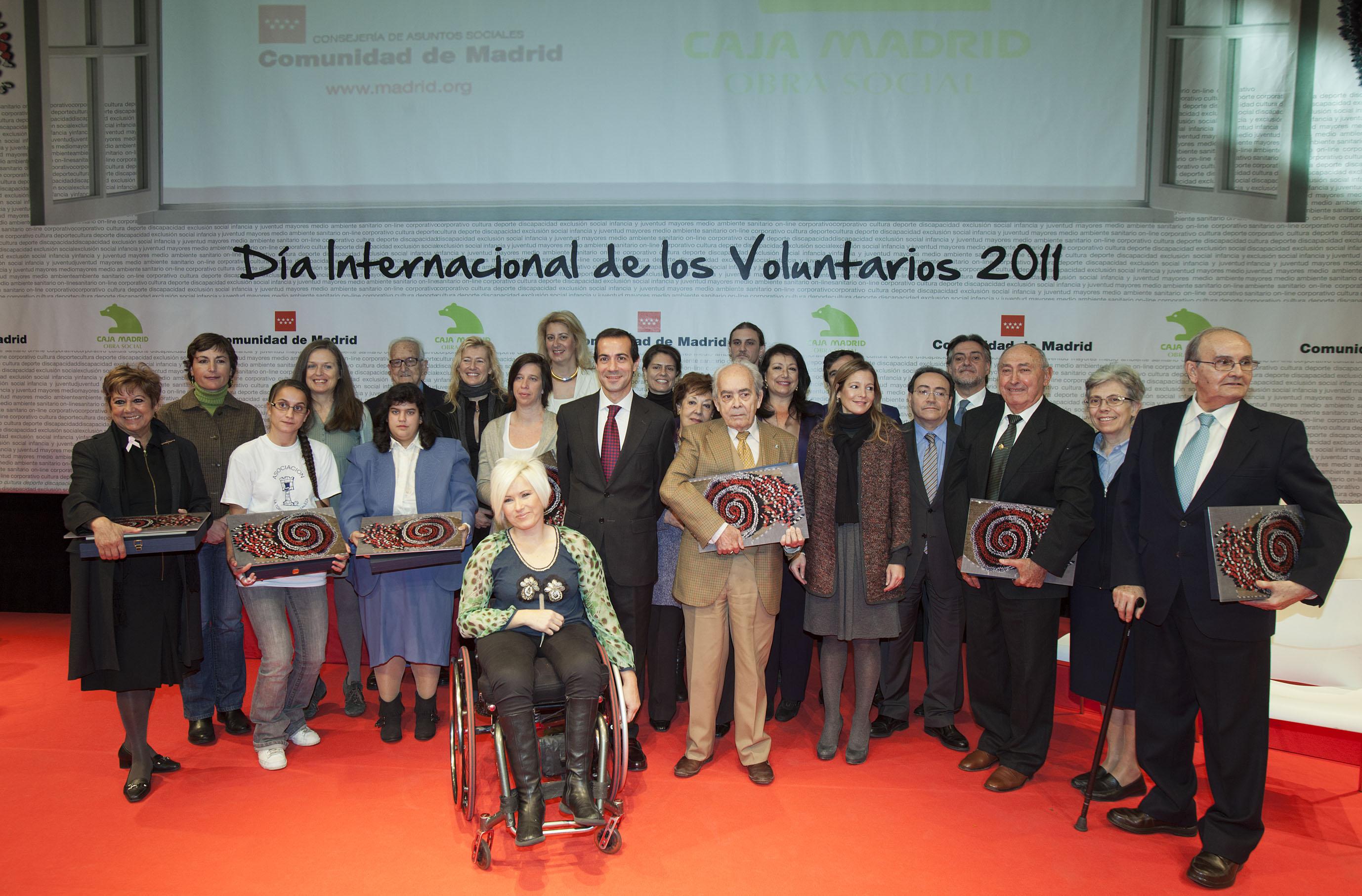 José Felix Dones (quinto por la derecha), junto al resto de galardonados por la Consejería de Asuntos Sociales de la Comunidad de Madrid.